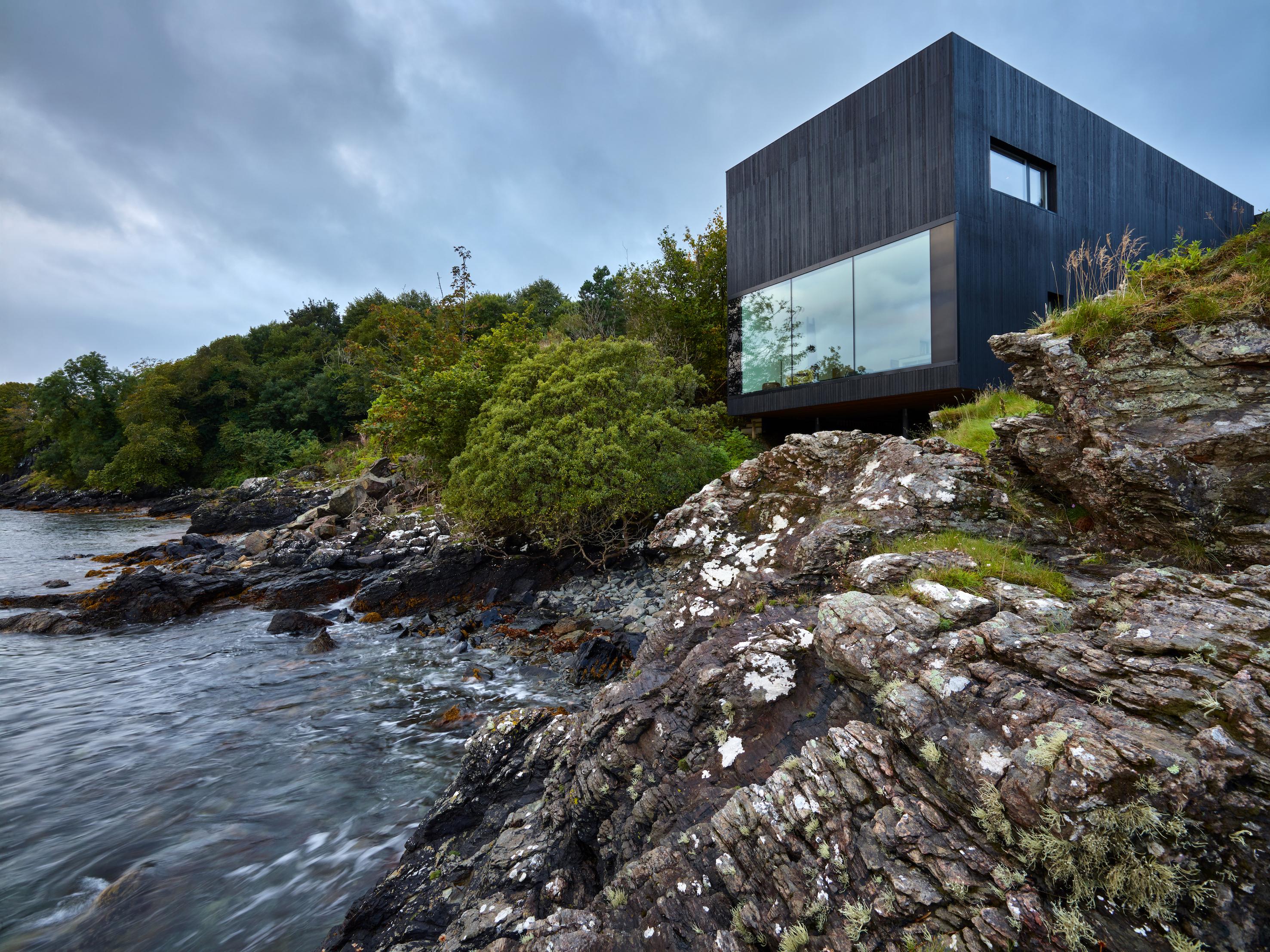 COMUNICATO STAMPA Bagno urban style per The Black House sull'Isola di Skye firmato Ceramiche Keope.